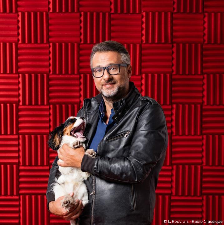 Le journaliste David Abiker, portant son chien