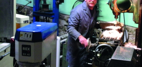 L'artisan Maurice Boutot pose dans son atelier de réparation de matériel de boulangerieet agroalimentaire, à Vignols (19).