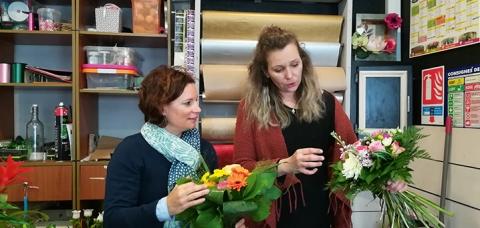 Laure Trotin, sous-préfète de Saint-Jean-d'Angély a été fleuriste le temps d'une matinée aux côtés de Sabrina Tifra, gérante de Décoflor à Saint-Jean-d'Angély.